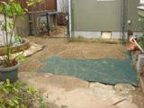 2.芝生を取り除いています。