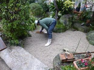 砂利敷作業中