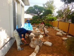 写真:基盤整地、庭石組み