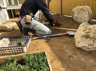 写真:玉竜とピンコロ石にて土留め