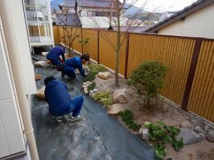 写真:防草シート施工中