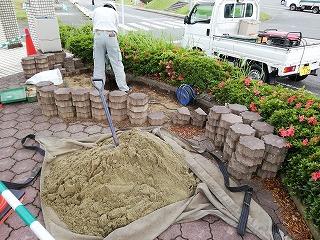 写真:敷き砂搬入